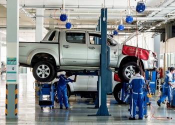 Técnico de automóviles reparando una camioneta Toyota