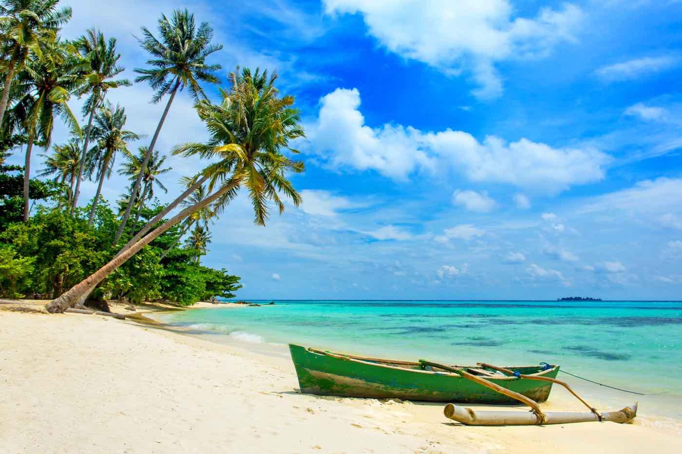 Hermosa playa tropical en la isla de Karimunjawa, Indonesia