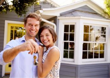 Pareja con las llaves de su casa nueva