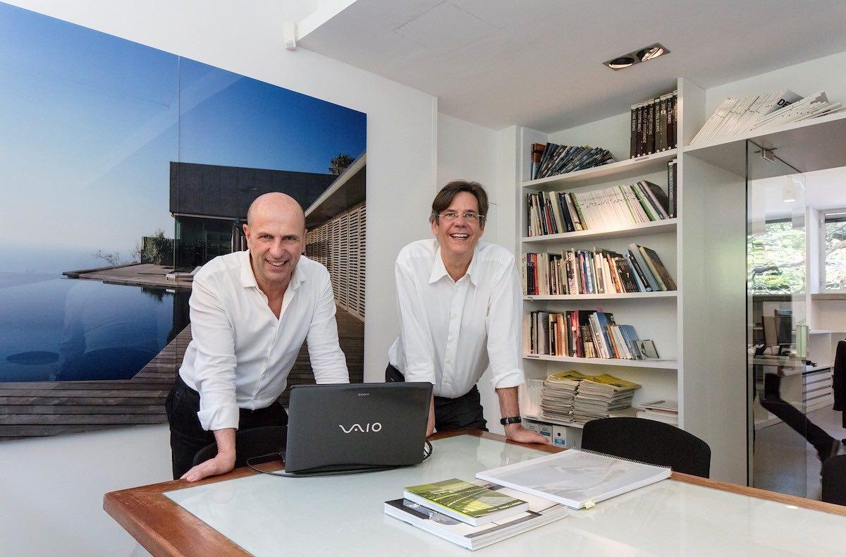 Arsenio Pérez Amaral, a la izquierda, junto a Antonio Corona Bosch, a la derecha, socios de Corona-Amaral Arquitectura.