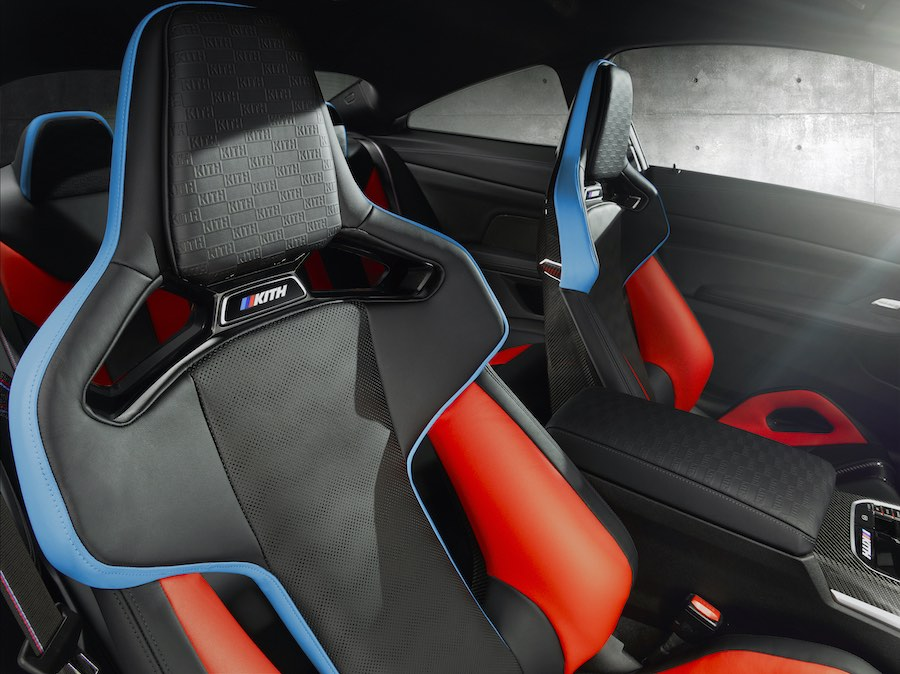 El cuero con letras en relieve seleccionado para este modelo tan individual también se utilizó para las fundas de los asientos.