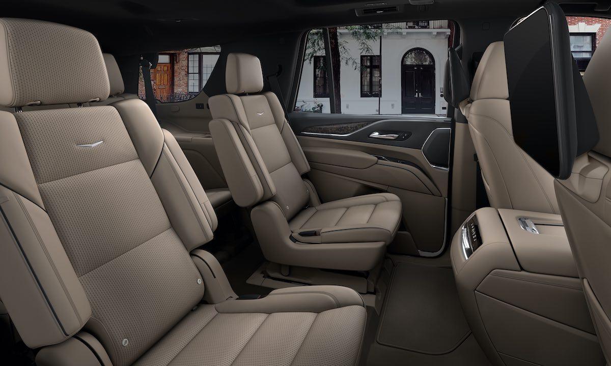 Cuenta con un interior más iluminado debido a ventanas más grandes, y mejora en el ingreso y descenso de la 2.ª y 3.ª fila de asientos.