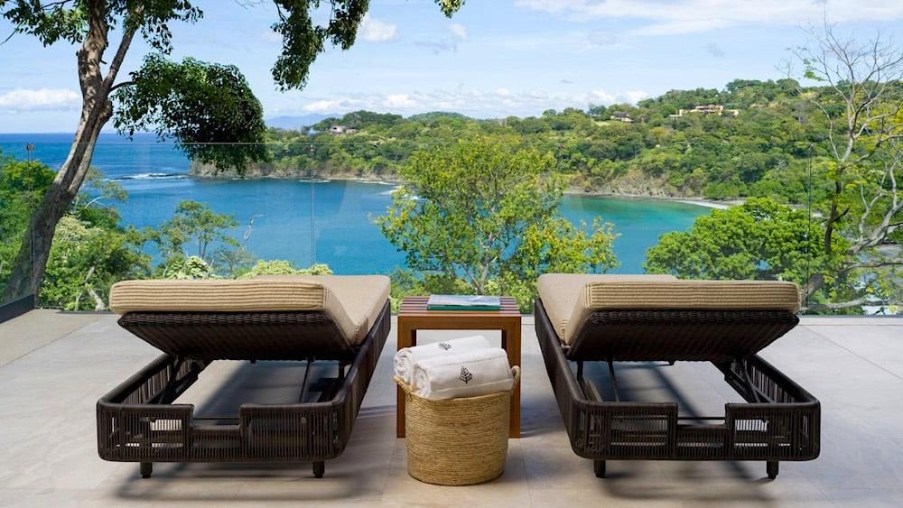 Este resort se encuentra ubicado a 320 pies sobre el Océano Pacifico, cuyas aguas cristalinas forman dos hermosas playas con una frondosa vegetación que harán el deleite de todos los amantes de la naturaleza.