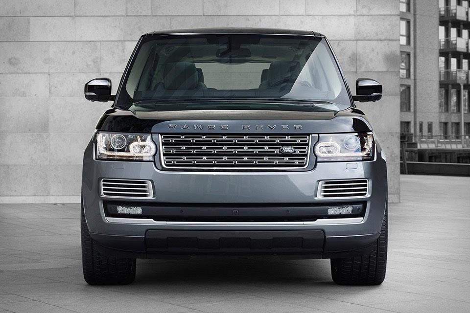 Bajo su capó cuenta con un poderoso motor V8 sobrealimentado de 5.0 litros y 550 caballos de fuerza/680Nm de torque.