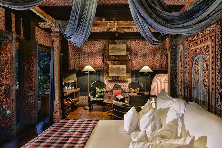 Exclusivo campamento construido entre árboles en un espacio remoto, rodeado por naturaleza y arrozales en Bali.
