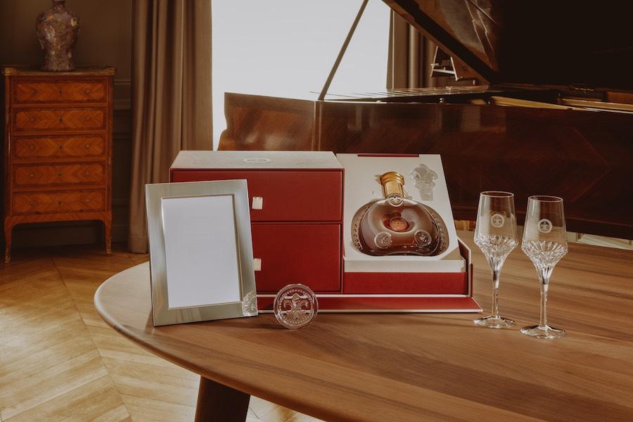 """El """"Set Souvenir"""" (Set Recuerdo): incluye un marco de fotos de plata de Christofle y un pisapapeles de cristal de Baccarat."""