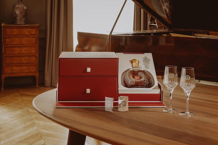 """El """"Set Cigar"""" (Set Cigarro): contiene un encendedor S.T. Dupont grabado con una flor de lis y un cortador de puros cromado."""