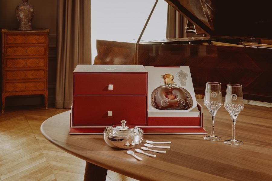 """El """"Set Caviar"""" (Set Caviar): juego para el servicio de caviar con grabado de la flor de lis por Christofle y cinco cucharas de caviar de nácar."""