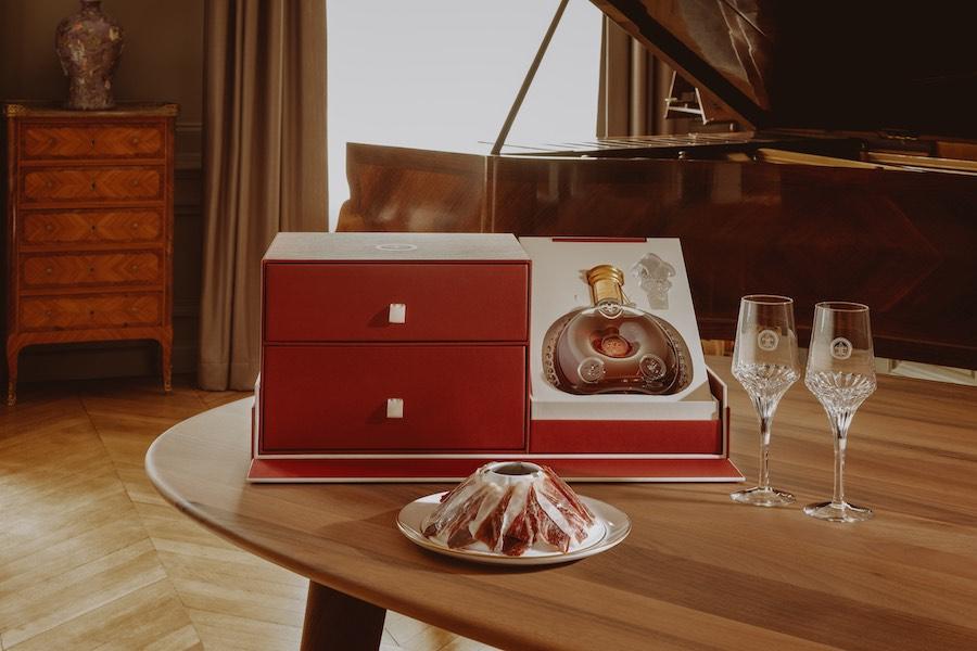 "El ""Set Bellota Bellota"" (Set Bellota Bellota): contiene un plato de porcelana volcano con jamón de bellota y la flor de lis bañada en oro de 22 quilates creada por Bernardaud."