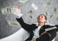 Hombre de negocios, rico, millonario, multimillonario, con muchos billetes dólares dinero