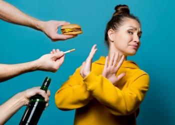 Mujer rechaza comida chatarra, alcohol y cigarrillos