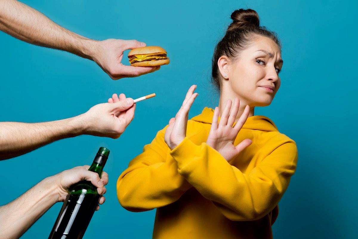 Cómo romper los malos hábitos en 3 pasos: En lugar de cambiar tu pensamiento, cambia tu entorno