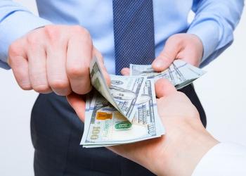 Manos intercambiando dinero en efectivo