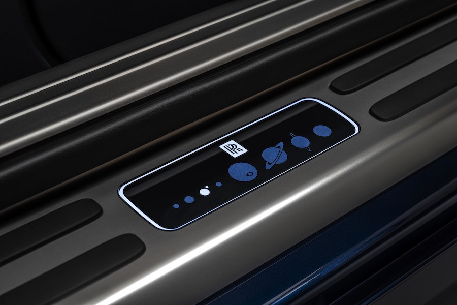 Las placas de las puertas del coche de lujo también fueron hechas a medida