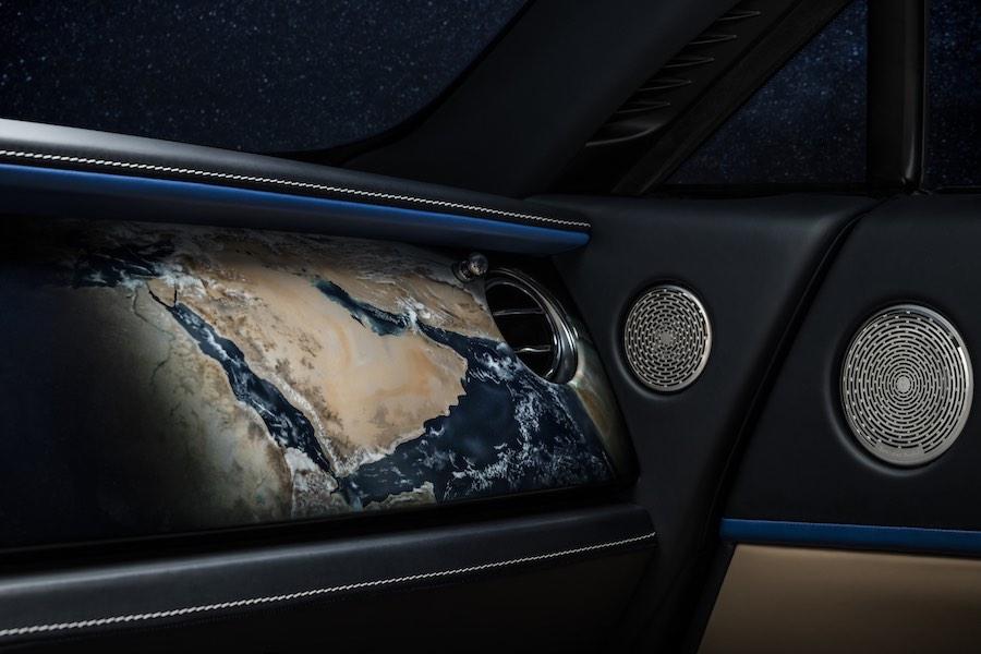 En la fascia también hay un enchapado de Piano Milori, decorado con una imagen satelital de Oriente Medio aerografiada.