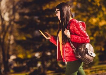 chica turista caminando