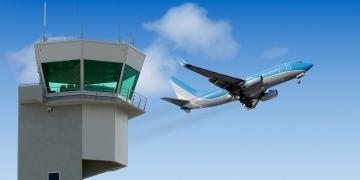 Torre del aeropuerto con jet despegando al fondo. Controlador de tráfico aéreo