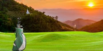Equipo de golf en green en un campo de golf.