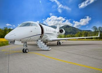 jet privado corporativo - avión en pista de aterrizaje