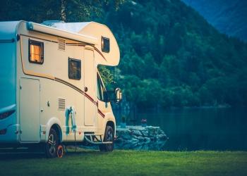 Camper acampando en el Lago Glaciar. Vacaciones en autocaravana.