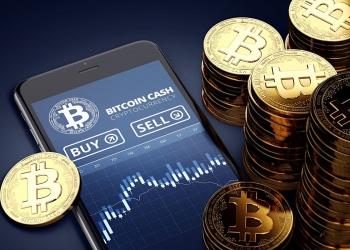 Smartphone con gráfico de operaciones de Bitcoin