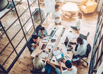 Jóvenes emprendedores en una oficina moderna. Startup