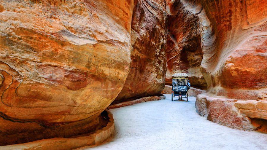 Explore los lugares antiguos de Petra, Jordania.