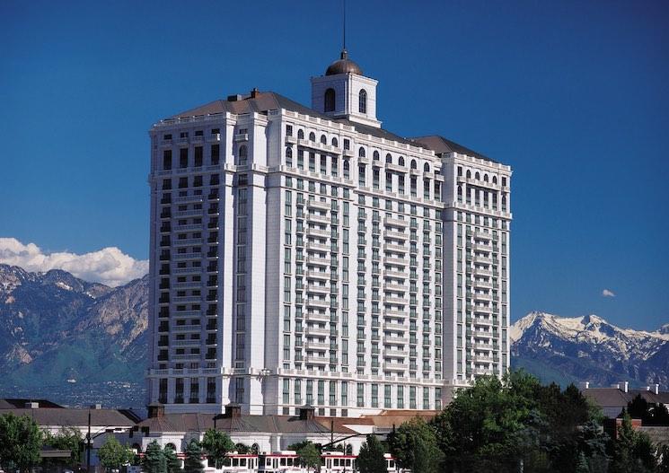 Robert Earl Holding posee terrenos en varios estados, seis hoteles de lujo y resorts a través del país, incluyendo el Grand America Hotel en Salt Lake City.