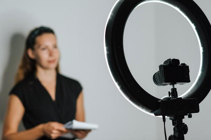 El primer paso para promocionar un negocio en YouTube consiste en crear un video.