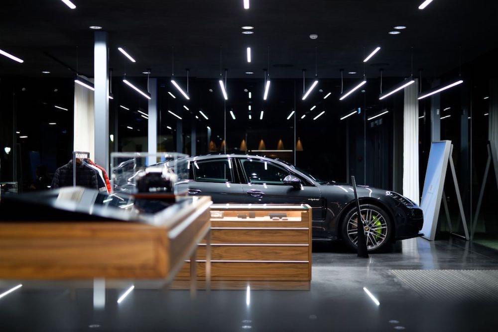 El innovador concepto de exposición de automóviles, lleva el punto de venta a un lugar estratégico, de exclusividad y confort donde el cliente disfruta de una experiencia única.