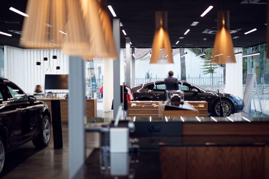 Porsche Studio Cascais recibe a sus clientes en un ambiente moderno y acogedor.