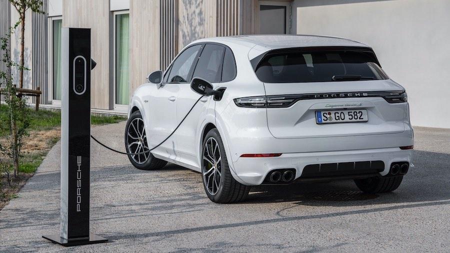 Porsche continúa su estrategia E-Performance. Desde 2019, la versión más potente es un híbrido enchufable: el Cayenne Turbo S E-Hybrid.