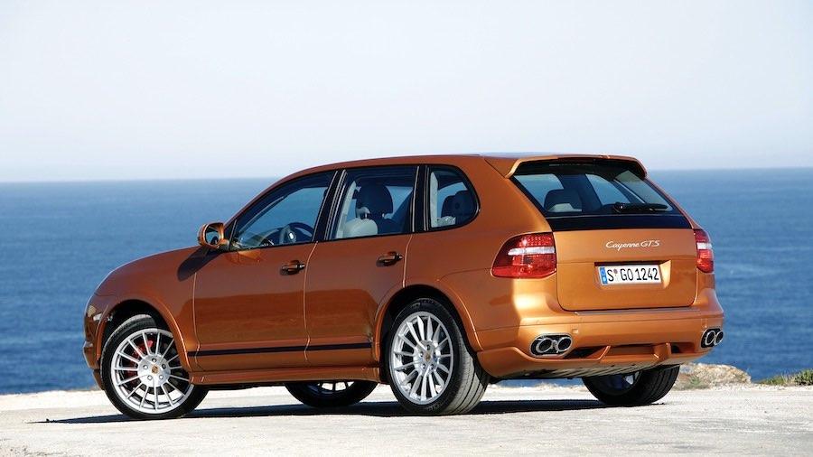 Sentarse como en un SUV, conducir como en un deportivo: con el Cayenne (E1 II), Porsche lleva el concepto GTS a la era moderna en 2007. Un modelo a seguir para las otras gamas.