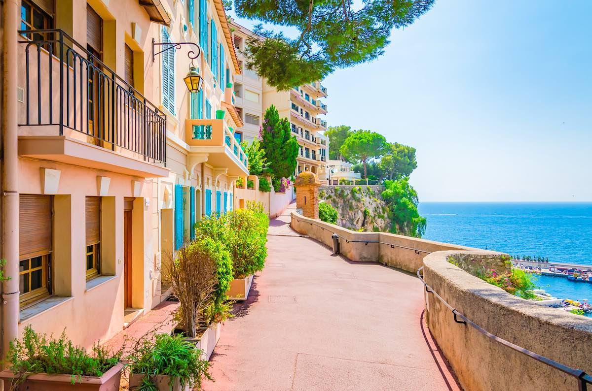 Calle peatonal típica con casas de colores a lo largo de la costa de Mónaco.