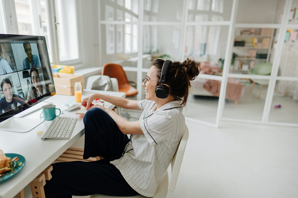 Mujer que trabaja en casa en una videollamada con sus compañeros de trabajo.