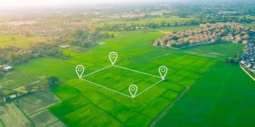 Vista aérea de un terreno y vivienda comunitaria.