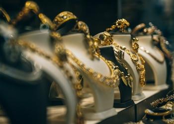 Collares de oro en exhibición en una tienda.