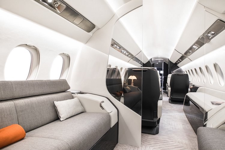 El interior del avión es más espacioso, avanzado y versátil de la aviación de negocios.