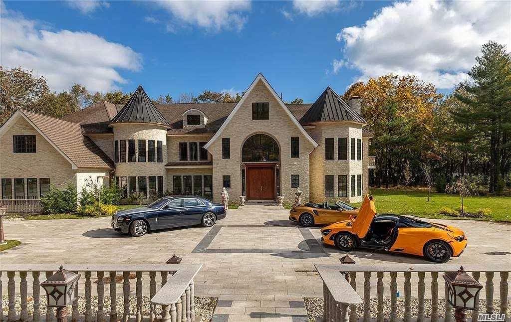 Una casa de lujo inteligente de nueva construcción en Nueva York con diseño arquitectónico.