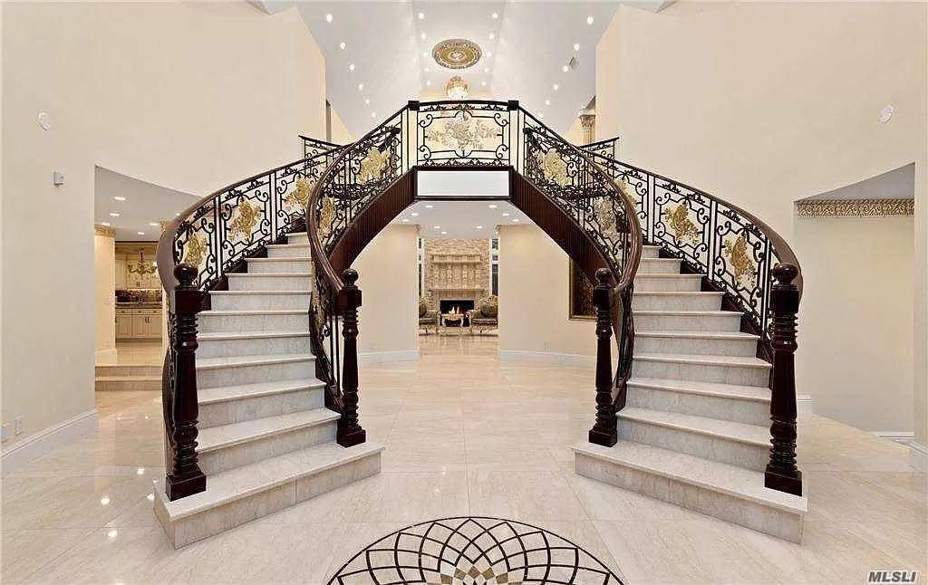 Esta opulenta mansión de Long Island con piscina cubierta se vende por 8,8 millones de dólares