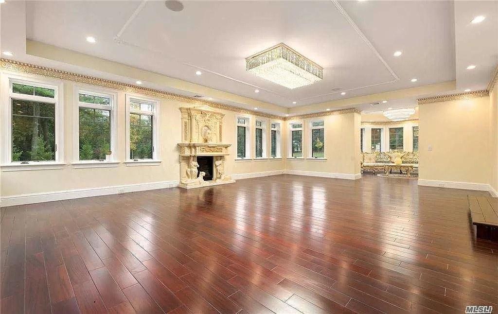La casa de estilo colonial se encuentra en 2 Brook Lane en Glen Head, Nueva York; situada sobre 2 acres de tierra.