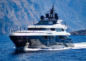 Super yate navegando cerca de la costa de Amalfi.