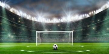 Balón de fútbol en el campo en el estadio de fútbol. penalty