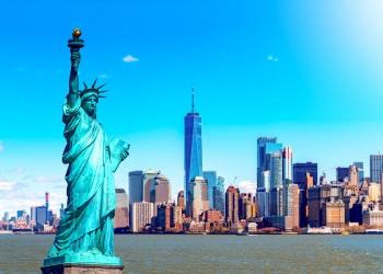 La estatua de la libertad con el One World Trade sobre el río Hudson y al fondo la ciudad de Nueva York. Manhattan.