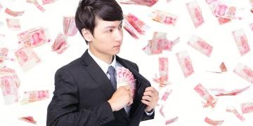 Empresario con dinero de China (Renminbi) bajo una lluvia de dinero