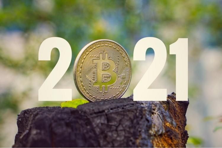 Bitcoin de oro con 2021 de fondo