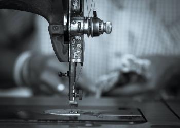 Máquina de coser vintage en diseñadora de moda