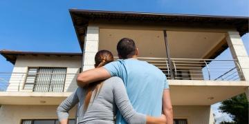 pareja joven mirando su nueva casa