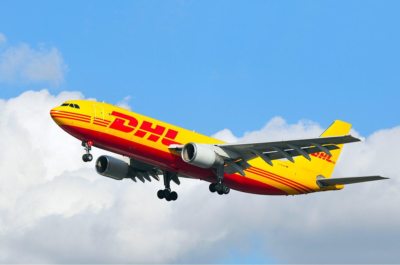 Avión de DHL Express volando