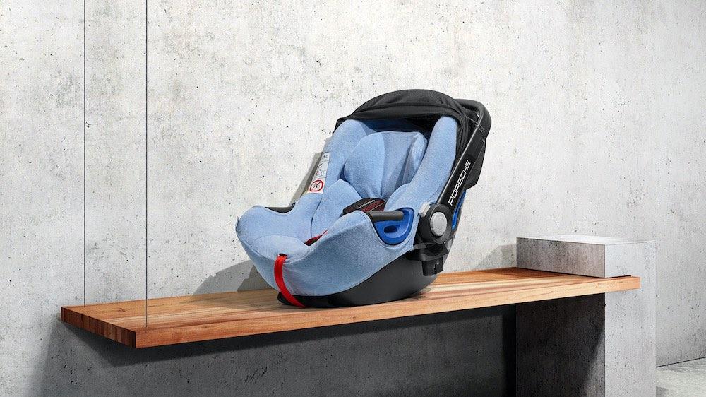 Porsche lanza dos nuevos sistemas de retención infantil, la silla para bebés Porsche Baby Seat i-Size y la silla para niños Porsche Kid Seat i-Size.